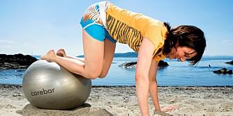 TVERRGÅENDE MAGEMUSKLER: Roll inn med ball (strekk beina ut og inn).