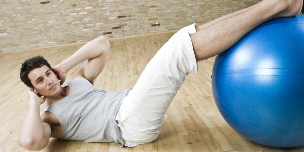 HJELP: En fitball er et godt hjelpemiddel til mageøvelsene.