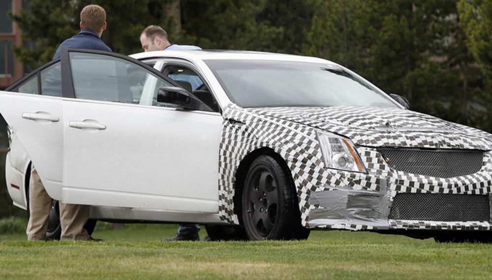 Selv om bilen er godt kamuflert, og ikke har alle detaljene på plass, er det ingen tvil om at dette er den kraftige CTS-V som testes. (Foto: Automedia)