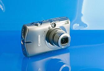 Ixus 960 IS har en pen og solid kropp i titan, noe som gjør at den tåler en dult eller to. Ixus 960 har også fått optisk bildestabilisator.