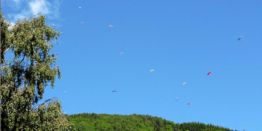 SVEVER: Paraglidere i luftrommet over Voss sentrum.