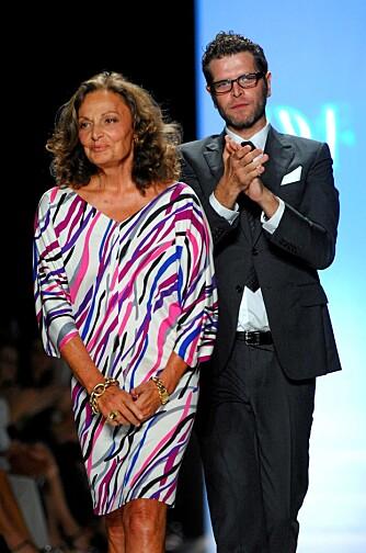 Designer Diane Von Furstenberg mottar applaus etter å ha vist sin kolleksjon for vår/sommer 2009 under Mercedes Benz Fashion Week i New York i helgen.