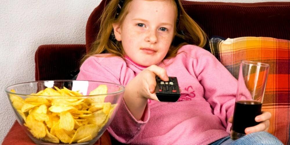Å spise mens du ser på TV er ikke smart for verken voksne eller barn, fordi man glemmer å kjenne etter om man er mett.