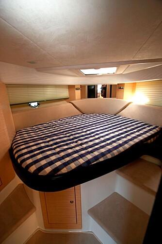 SOVEPLASS: Innvendig er designen tidsriktig. Det er likevel ikke salongen som er regnet som båtens hovedområde. Overnattingsplass for minst fire voksne er fordelt på stikkabin og hovedlugar.