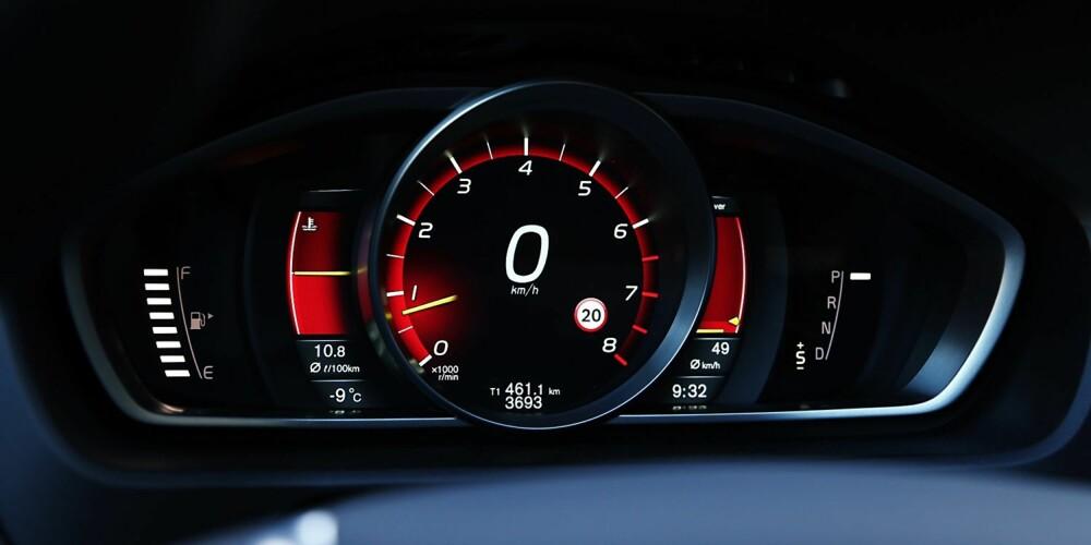 RØD SONE: Digitale instrumenter med analogt utseende. Du kan velge mellom flere tema, men i Volvo V40 Cross Country T5 AWD passer det best med den sportslige røde varianten.