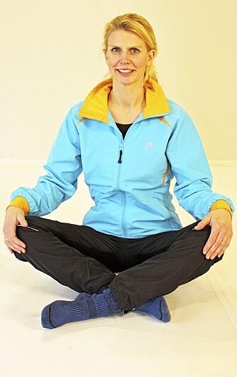 3. SKREDDERSTILLINGEN: Sitt som en skredder eller buddha på gulvet med knærne godt ut til siden.