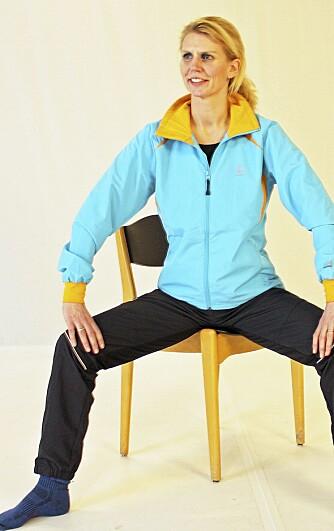 6. SITTENDE: Sett deg skrått på stolen, fremoverlent ytterst på stolsetet med beina langt fra hverandre. Kjenn at du løfter bekkenet opp fra stolsetet. Denne kan du ta på bussen eller på kontorstolen!