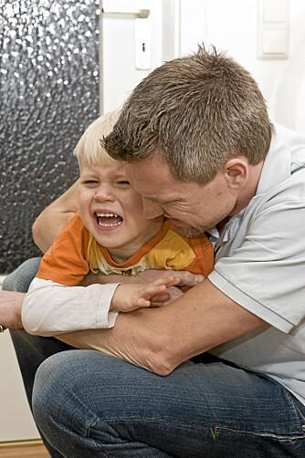 EN KLEM: Når alt låser seg, kan det hjelpe å gi barnet en klem.