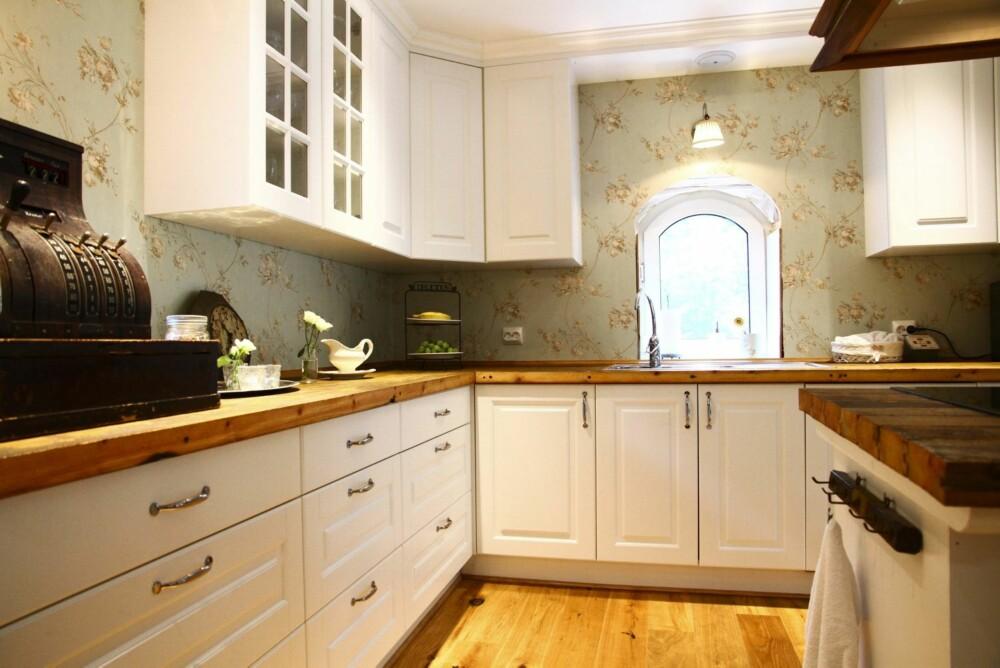 Kjøkkenet er romslig med god arbeidsflate og rikelig med skuffer til oppbevaring.