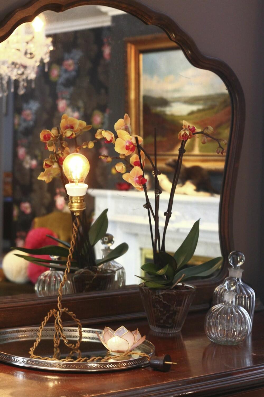 Den originale lampen i stuen har mannen i huset laget selv.