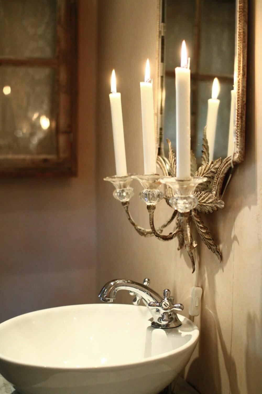 Over vasken på badet henger et nydelig speil med levende lys som paret har kjøpt i Danmark.