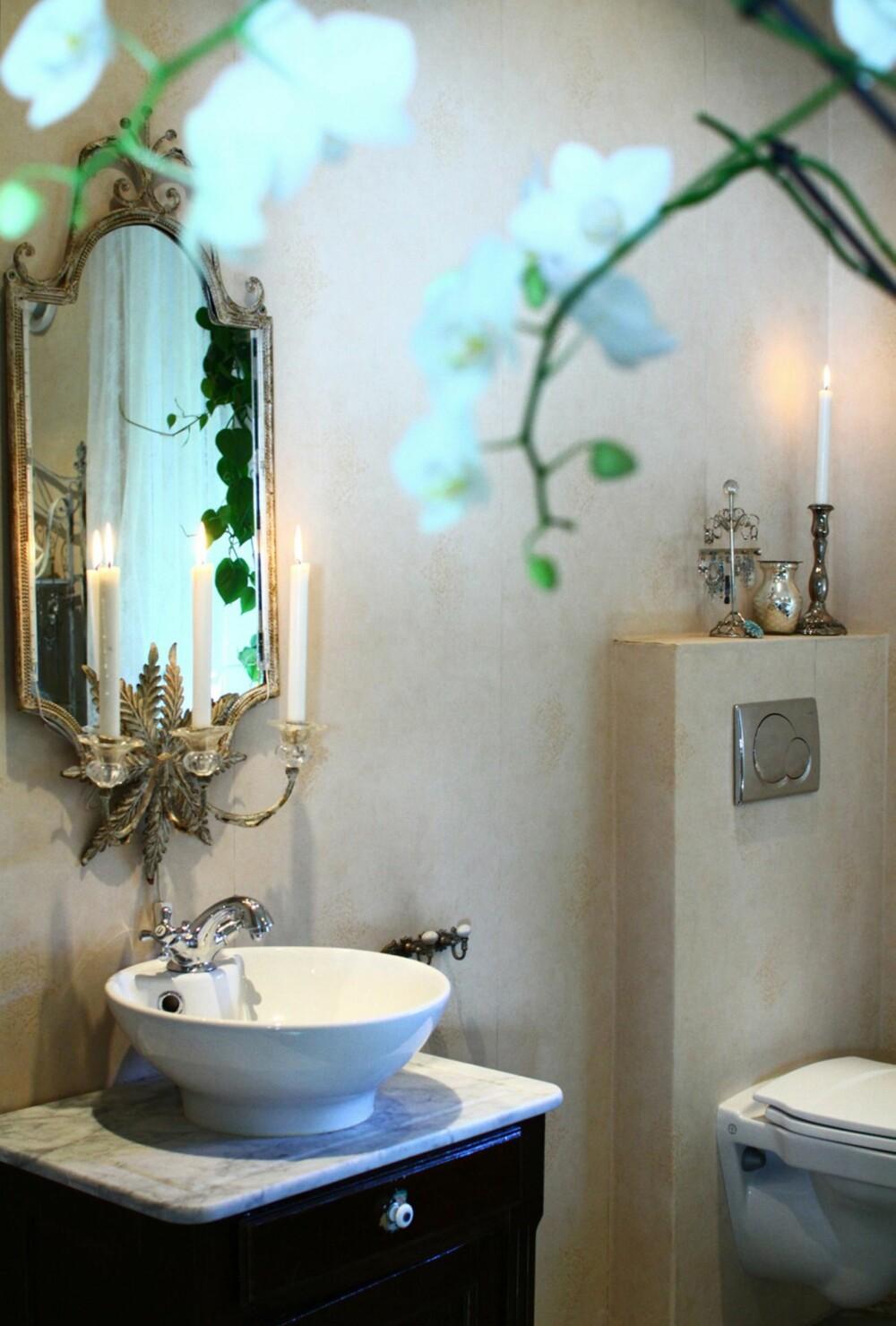 Badet er tidløst renovert og dekorert med romantiske detaljer.