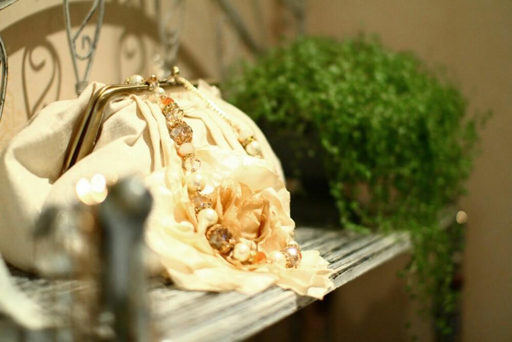 Vesker, smykker og klær pynter opp på badet.