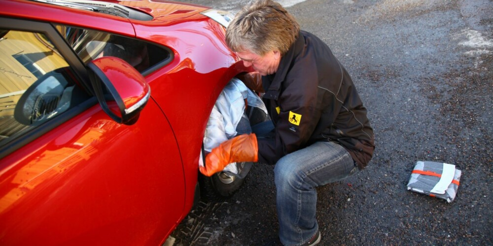 SOKK: Autosocken er et realistisk alternativ for mange, speseielt om det er liten avstand mellom hjul og hjulbue. Autosocken sitter ellers svært godt om du har brukt klister først. FOTO: Terje Haugen