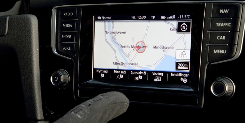 SMART: Når du peker fingeren mot touchskjermen i midtkonsollen, dukker undermenyene automatisk opp.