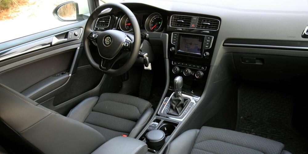STILFULLT: VW har klart å gi Golf de rette premiumvibrasjonene innvendig. Sportsseter passer godt i 140 hk-versjonen.