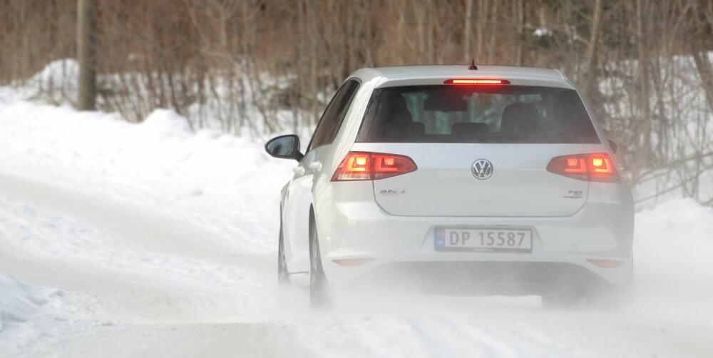 TRIVES PÅ GLATTA: Den nye VW Golf har meget gode egenskaper på glatt føre. Med sportsunderstell blir den ekstra livlig på veien.