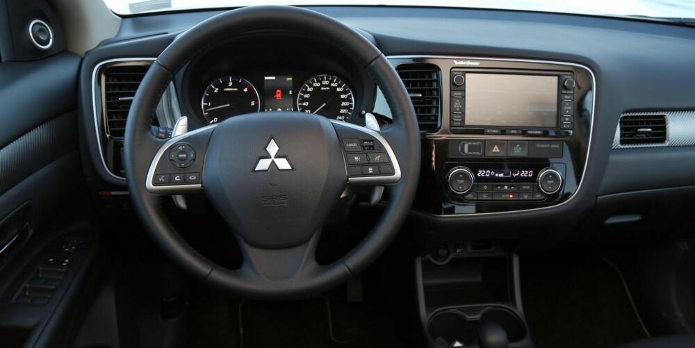 FULLPAKKET: Det mangler ikke mye på førerplassen i en topputstyrt Mitsubishi Outlander. Betjeningsskjermen fungerer bra.