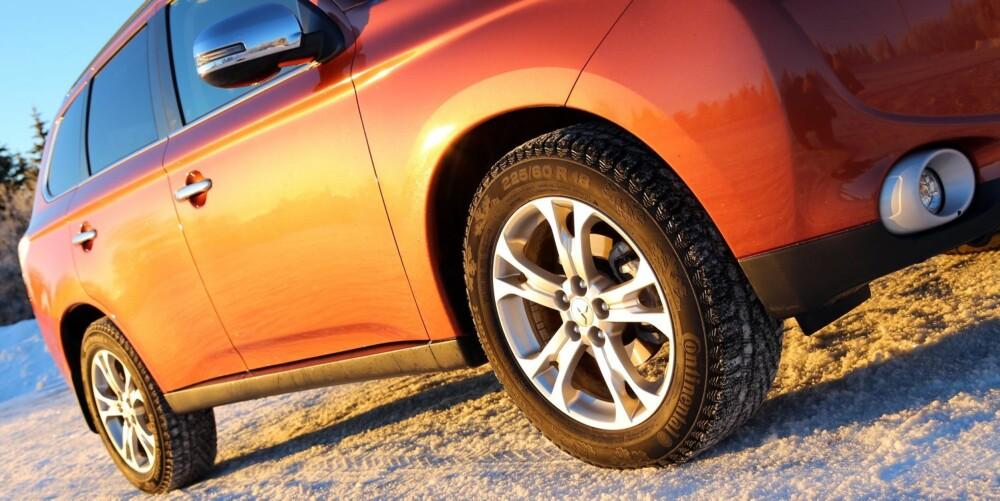ROBUST: Med bra bakkeklaring og 18-tommers hjul i fornuftig dimensjon tar Mitsubishi Outlander seg fint frem på vinterveier.