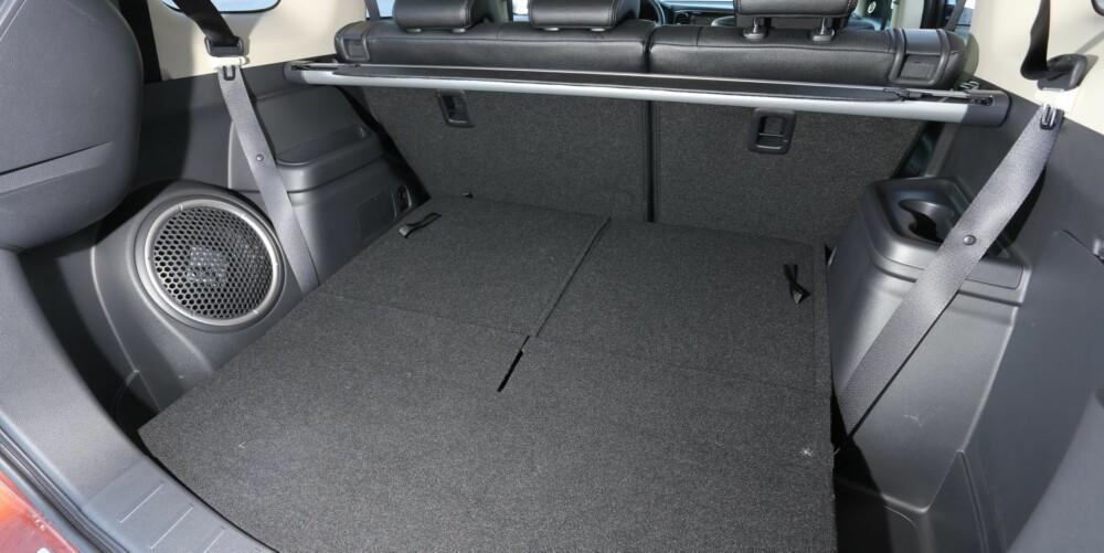 PLASSTYVER: Fremspring og subwoofer i bagasjerommet stjeler noe plass.