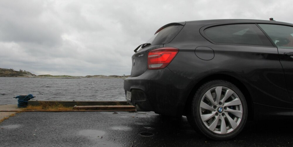 PÅ TUR: Tar du BMW M135i med på ensomme veier, står kjøreopplevelsene i kø.