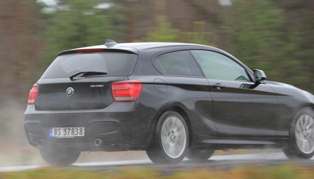 RASKEST: BMW M135i er en av de kjappeste bilene vi har testet. Og en nydelig motor sørger for at kreftene er lett tilgjengelige.