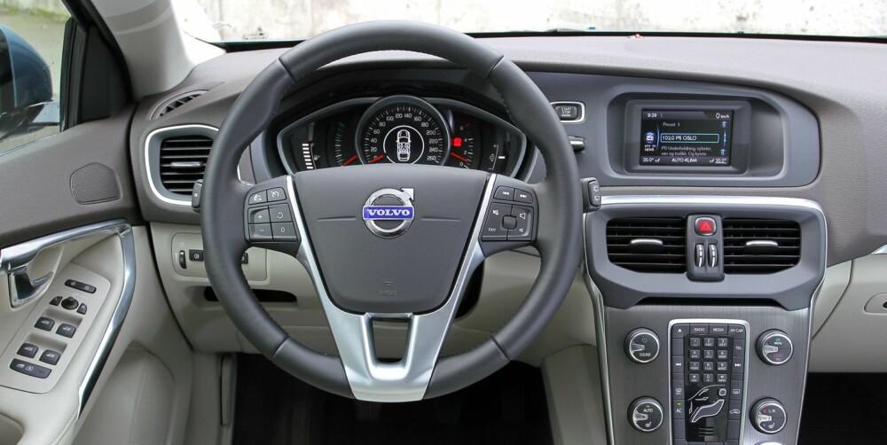 FIN DESIGN: Med lyse materialer og rent design er det fint å sitte på førerplass i Volvo V40.