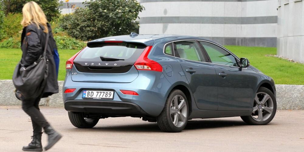 BEUNDRENDE BLIKK: Det er skrått bakfra at den nye Volvo V40 D2 tar seg aller best ut.
