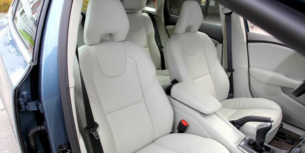 VELDIG BRA: Setene er som vanlig av utmerket kvalitet i Volvo. Skinnseter koster beskjedne 6 000 kroner.