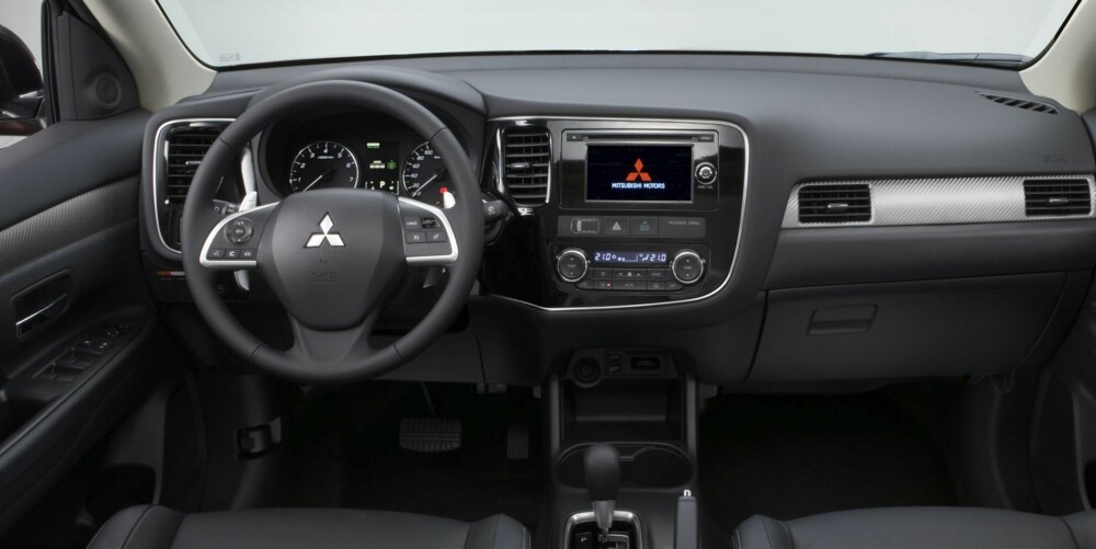 FORBEDRING: Det er blitt høyere kvalitet innvendig i nye Mitsubishi Outlander. FOTO: Mitsubishi