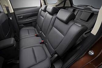 KAN SKYVES: Baksetet kan skyves i lengderetning og gi større benplass til reserveseter eller bagasje. FOTO Mitsubishi