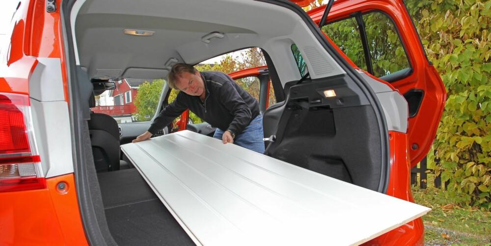 """FIKK PLASS: Vi fikk faktisk plass til en panelplate på 240x60 centimeter i """"""""lille"""""""" B-Max. Alle setene unntatt førersetet kan felles ned og danne et flatt gulv."""