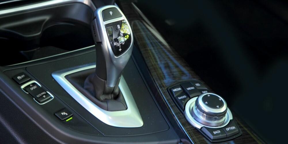 SPARER DRÅPER: Automatgiret har åtte trinn og sørger for at BMW 320dA Touring alltid er i rett gir. Det gir lavt forbruk ved vanlig kjøring, og ganske så heftig fraspark hvis du trykker deg fram til et sportsprogram. FOTO: Egil Nordlien, HM Foto