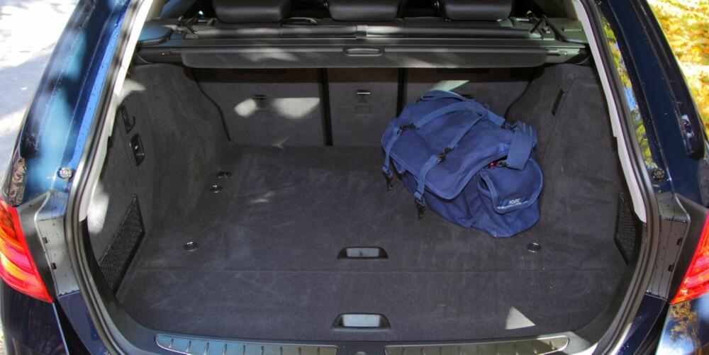 STØRRE: Men ikke veldig stort. BMW oppgir at bagasjerommet rommer 495 liter, men det er ikke veldig langt og hjulhusene på hver side stjeler plass. FOTO: Egil Nordlien, HM Foto