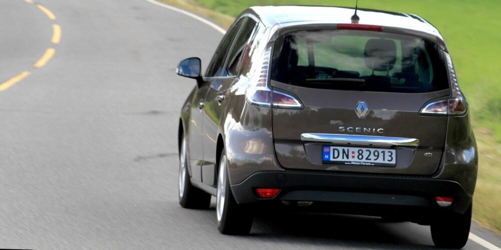 KJØRER PENT: Fornuftsbil betyr ikke nødvendigvis at det er kjedelig å kjøre bilen. Renault Scénic er kvikk og smidig. FOTO: Egil Nordlien, HM Foto