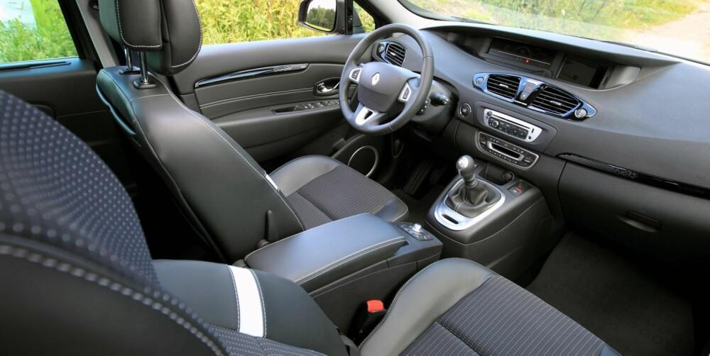 PRAKTISK: Innvendig er Renault Scénic bred og rommelig. Sjåfør og passasjerer sitter relativt høyt. Testbilen har masse elektronikk som man får for en rimelig penge, men ingen påkostet kvalitetsfølelse. FOTO: Egil Nordlien, HM Foto