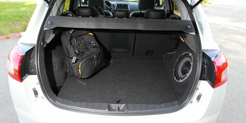 KORTERE: Ifølge våre egne bagasjeromsmålinger er lasterommet i Peugeot 4008 omtrent like bredt som konkurrentene, men litt lavere og merkbart kortere. FOTO: Terje Bjørnsen