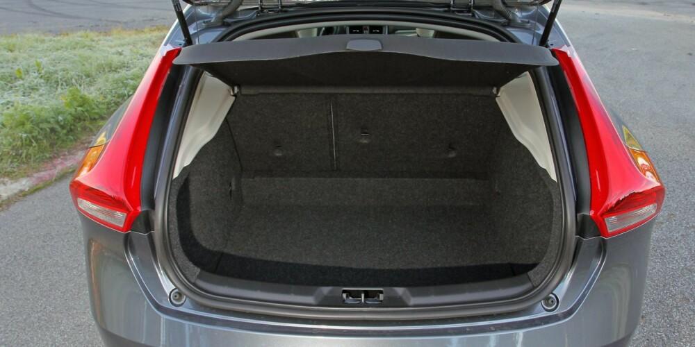 TRANGT: Du skal ikke mer enn å åpne bagasjerommet i Volvo V40, før du innser at stilig design har sin pris i praktiske egenskaper. En ting er en begrenset lastekapasitet på 335-1032 liter etter VDA-norm, en annen er den relativt trange baklukeåpningen. FOTO: Petter Handeland
