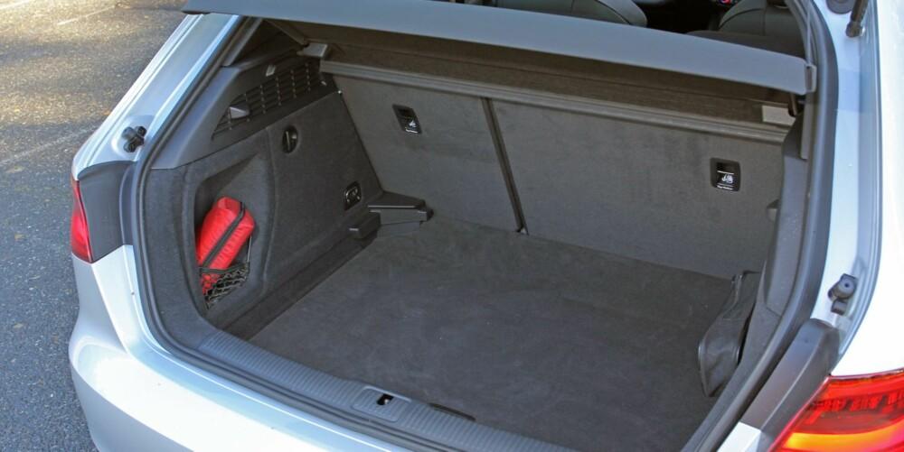 PÅ DET JEVNE: Bagasjerommet er kvadratisk og relativt dypt. 365 liter er typisk nivå for klassen.