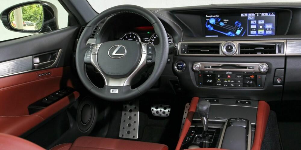 """TOPPKLASSE: Interiøret i nye GS 450h er forseggjort og gir en veldig påkostet følelse. Interiøret gir ikke lenger """"""""påkostet Toyota-følelse"""""""", det gir premiumfølelse."""