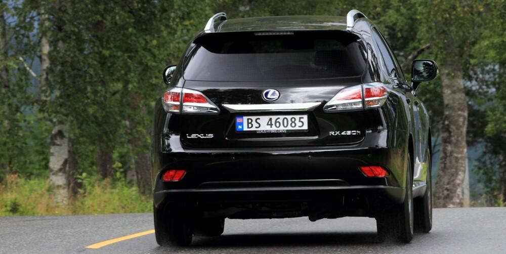 PASSE PONDUS: Lexus RX 450h er litt mindre brautende i framtoningen enn enkelte stor-SUV-konkurrenter. Likevel er det ingen tvil om at du kjører rundt i en kraftig bil. FOTO: Egil Nordlien, HM Foto