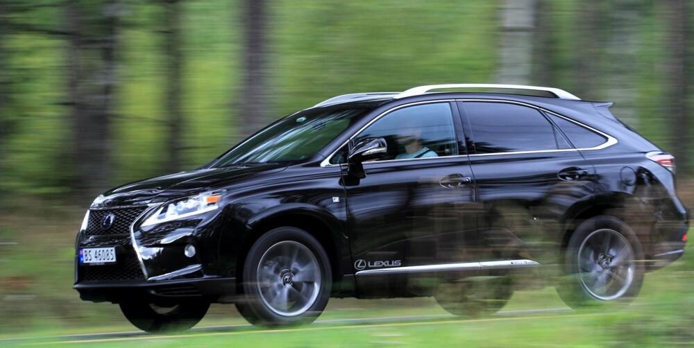 CROSSOVER: Lexus RX 450h har mer langtrukne linjer enn SUV-er av den gamle skolen. Slik sett hører den hjemme blant crossover-bilene. Firehjulsdrift er det den minste elmotoren som sørger for når det trengs - da får også bakhjulene kraft. FOTO: Egil Nordlien, HM Foto