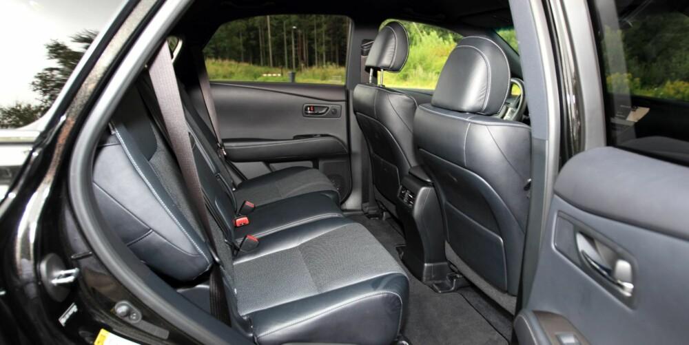 GOD BEINPLASS: Store SUV-er er ikke alltid så store innvendig. Men i Lexus RX 450h er det god beinplass i baksetet. FOTO: Egil Nordlien