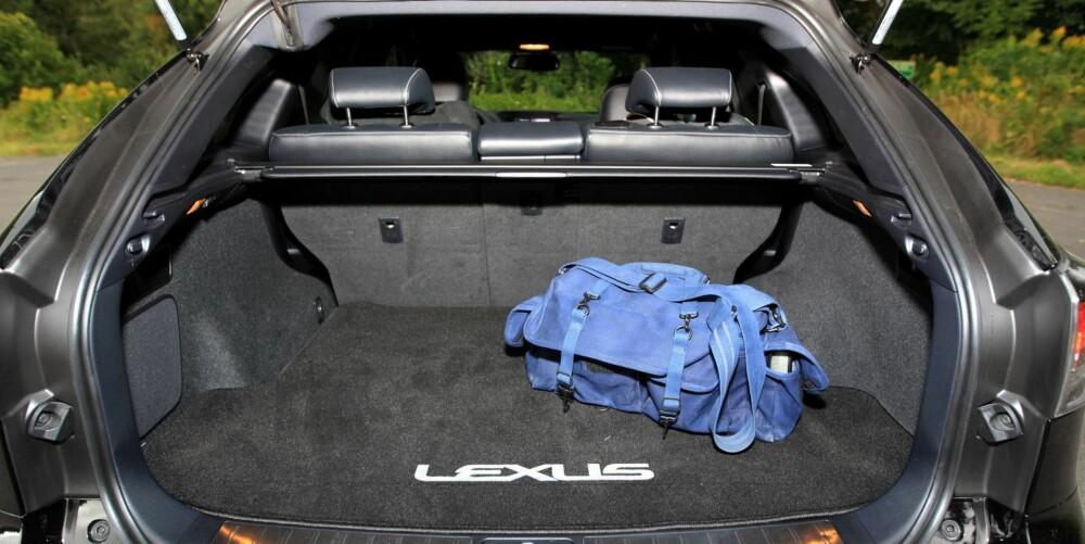 TRANGERE BAKERST: Høyt gulv og skrå bakluke begrenser plassen i bagasjerommet. FOTO: Egil Nordlien, HM Foto