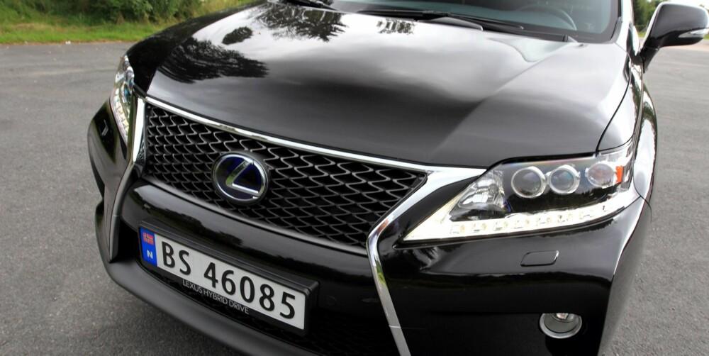 RØFFERE: Testbilen er av utgaven F Sport. Det vises best i fronten, som har en mer storkjefta grill. FOTO: Egil Nordlien, HM Foto