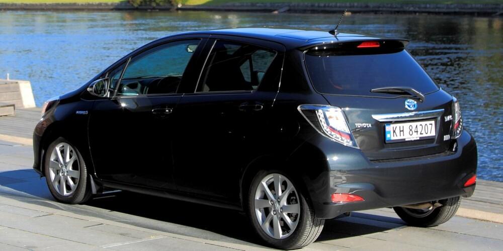 KOMFORTABEL: Toyota Yaris Hybrid er mer voksen på veien enn størrelsen skulle tyde på. Et smidig understell er noe av grunnen. Derimot er det en god del hjulstøy. FOTO: Egil Nordlien, HM Foto