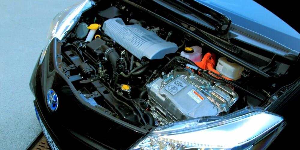 FULLT: I Motorrommet blir det trangt når både en bensin- og en elmotor skal inn. Toyota har jobbet for å redusere vekten på systemet. Toyota Yaris Hybrid er 70 kg tyngre enn en Yaris 1,3 med CVT-automat. FOTO: Egil Nordlien, HM Foto