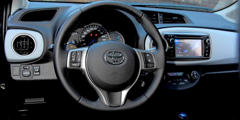 ENKELT OG GREIT: Toyota Yaris er svært lettkjørt. Hybridsystemet skal ha noe av æren, men også instrumentene er lette å finne ut av. I tillegg er sittestillingen halvhøy og gir god oversikt forover og til sidene. FOTO: Egil Nordlien, HM Foto
