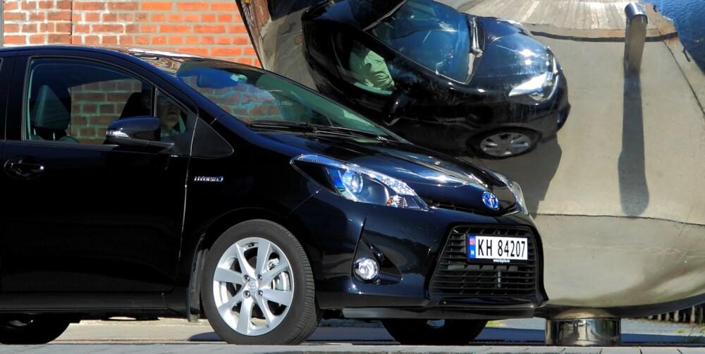 LITT BUTT: Toyota Yaris er kort, men ganske høy. Det gir litt butte former. Samtidig gir det overraskende god plass innvendig. FOTO: Egil Nordlien, HM Foto
