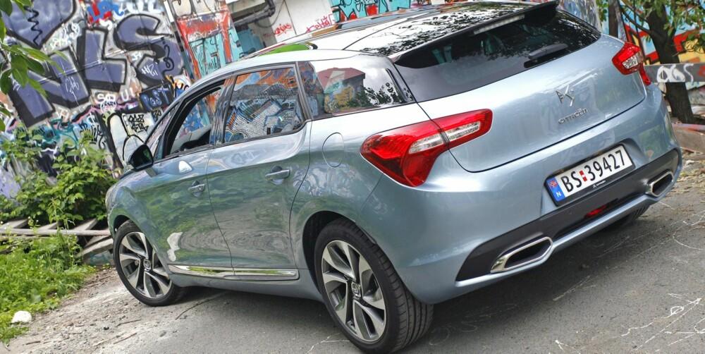 OPPMERKSOMHET: Store hjul, delt bakrute og store eksosutslipp er detaljer som viser at Citroën DS5 ønsker å ta steget ut av den vanlige folkebilklassen. Coupéformer mot hekken reduserer bagasjeplassen noe, og ikke minst er bakluka smal. DS5 er ikke ment å være et lasteesel. FOTO: Petter Handeland